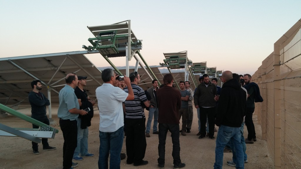 Afeka students at off-grid academic course tour to solar field